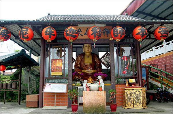 北后寺建造小型佛堂,作為泥佛的暫時棲身處。(記者江志雄攝)