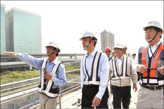 新北市長朱立倫昨天視察桃園機場捷運線五股工業區站,督促「三環三線」進度。(記者蔡百靈攝)