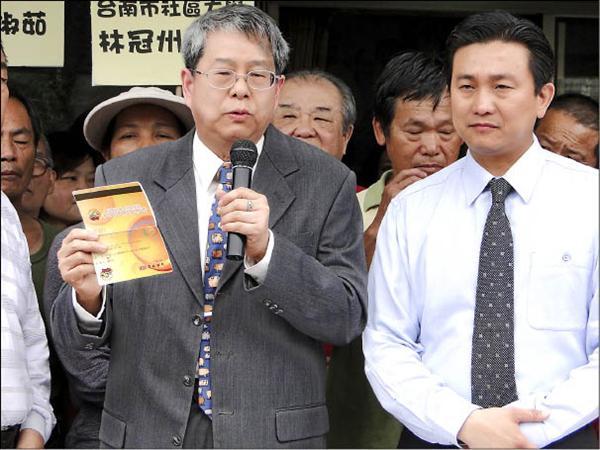 八八風災善款爭議,陳師孟(左)提示遭內政部長江宜樺誤植的存摺,證明台南市議員王定宇(右)的清白。(記者黃博郎攝)