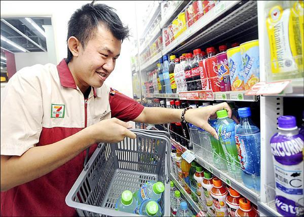 受塑化劑影響暫時下架的運動飲料,統一超商昨日在廠商取得合格證明後重新上架。(記者方賓照攝)