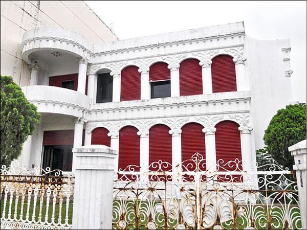 頭城盧宅範圍內的白色建物,昨天被法院以三百六十八萬元標售。(記者胡健森攝)