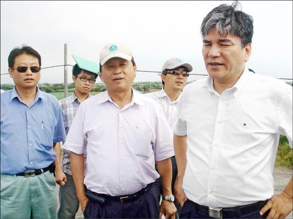 公共工程委員會主委李鴻源(右一)到台南大湖現場會勘,並認為台南大湖的可行性很高。(記者林孟婷攝)