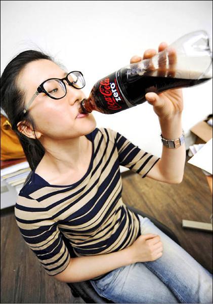 衛生署食品藥物管理局在海關抽驗發現由可口可樂公司進口、中國出口兩公斤的「可口可樂zero pm原液主劑飲料配料」檢出防腐劑含量不符規定,已禁止進口。(記者羅沛德攝)