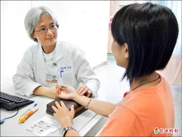 來自台北的中醫師沈邑穎看見台東的需要,八月起在關慈長期駐診。(記者王秀亭攝)