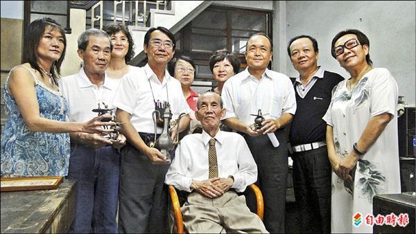 嚴燦城老先生(中座者)將珍貴文物捐獻給台灣歷史博物館。(記者黃文鍠攝)