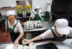 台北市知名「阜杭」豆漿店張貼公告(下圖)表示,擔心空間和人力有限,無法擺上機器開立發票。(記者羅沛德攝)