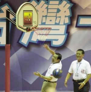 馬英九出席全國體育界後援總會成立大會,卻投「籃」不進。(記者詹朝陽攝)