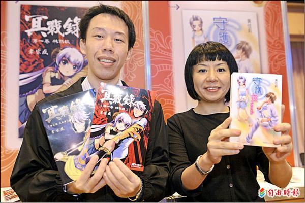 國家教育研究院100年度優良漫畫甲類第一名黃佳莉(右)及第二名韋宗成。(記者叢昌瑾攝)
