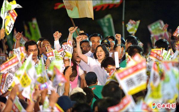 民進黨昨晚在高雄市舉辦首場大型造勢晚會,總統參選人蔡英文與副手蘇嘉全出現在勞工公園時,受到民眾熱烈歡迎。(記者張忠義攝)