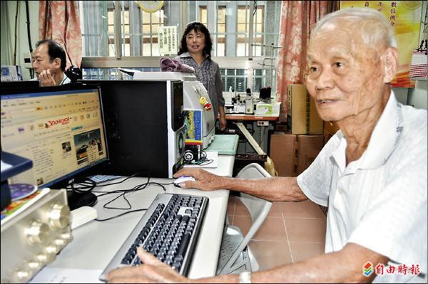 旗山老蕉農柯金吉5年前以85歲高齡報名開始學電腦,現已成為電腦高手。(記者蘇福男攝)