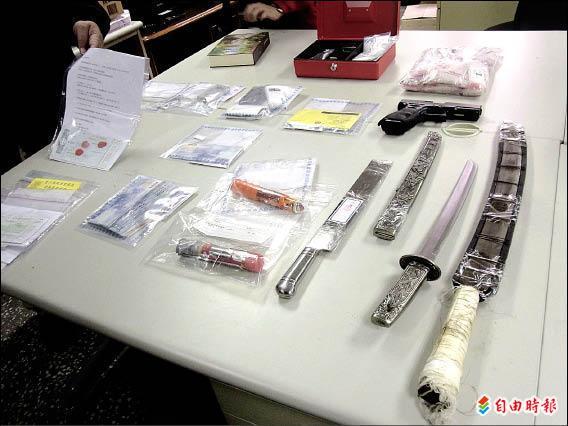 該集團還涉嫌暴力討債及放高利貸,遭警方搜出刀械及毒品。(記者李忠憲攝)