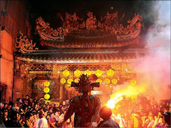 艋舺青山宮今年的青山王爺夜巡規模勝於往年,但持續到凌晨三點的炮聲卻成為不少居民的夢魘。(圖由萬華文史工者黃適上提供)