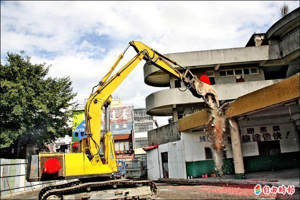 台東秀泰電影城商場昨天動工,預計民國一○二年春節營運。(記者張存薇攝)