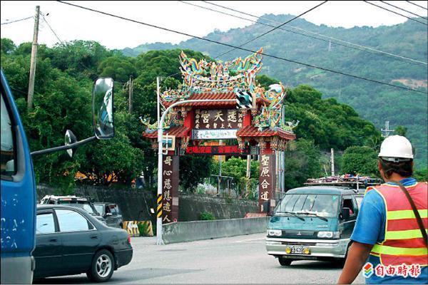 不堪空軍空炸靶場噪音擾人,太麻里鄉香蘭居民在入村口以LED跑馬燈表抗議,要求軍方遷離。(記者陳賢義攝)