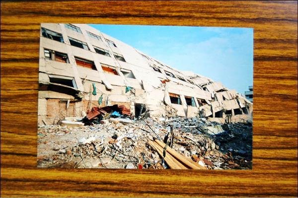 聯合大市場大樓建物九二一地震中倒塌。(聯合市場都更會提供)