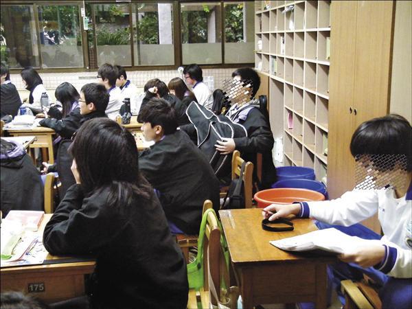 全教會質疑,部分完全中學教室狹小,學生必須坐在垃圾桶旁。(全國教師會提供)