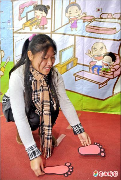 弘道老人福利基金會昨舉辦「阿公阿嬤居家安全改造王大賽」成果發表記者會,展示「螢光腳ㄚ子」能在夜間指引老人家規劃如廁路線。(記者劉信德攝)