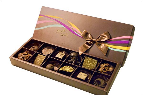 勵馨巧克力禮盒,有咖啡、芝麻、優格蔓越莓等五種口味,外加毛絨小熊及金元寶巧克力。(勵馨基金會提供)