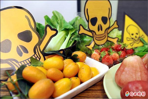 據綠色和平組織隨機抽查連鎖超市或賣場八間門市所販售的58項當令蔬果,有43項蔬果驗出36種不同農藥殘留,其中金棗殘留農藥高達9種。(記者叢昌瑾攝)