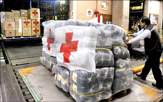 日本311地震將屆滿週年,卻傳出台灣紅十字會總會日本賑災募款各行其是,其中嘉義市、台中縣兩支會代收捐款迄今尚未上繳,引發爭議。圖為311地震發生後,紅十字會援助日本震災救援物資。(資料照,記者朱沛雄)