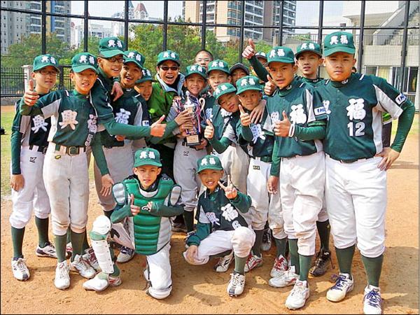 台北市文山區首支青少棒隊伍興福國中青少棒隊,成立才半年,首度出國比賽,就在「中國大陸深圳青少棒公開賽」奪冠,展現銳不可擋的氣勢。(圖由興福國中提供)