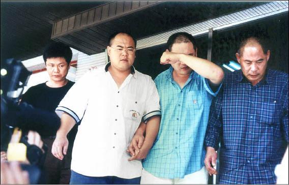 2001年杜清水父子3人在台南到案時,聲稱被栽贓犯案。(資料照)
