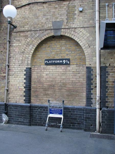 「哈利波特」系列電影中,搭乘魔法校車的「9又3/4月台」在倫敦也找得到!牆壁下方還有被哈利波特推一半的手推車。〔照片擷自網路〕