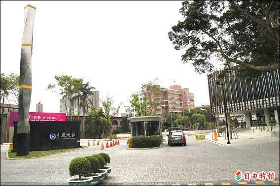 中原大學新校門啟用,校園24小時開放,方便居民到校運動。(記者羅正明攝)