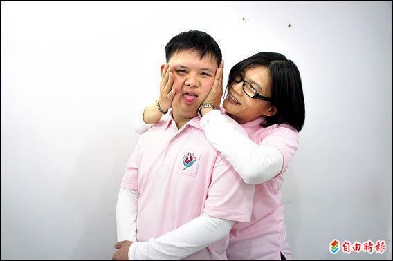 五十二歲朱秀菊照顧唐氏症么兒林冠至二十六年,無怨無悔,母子感情如膠似漆,有如親密愛人。(記者賴筱桐攝)
