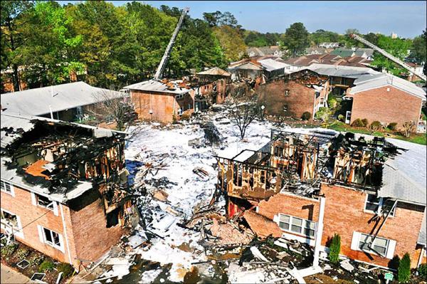 美國海軍F/A-18D大黃蜂噴射戰機六日墜毀在維吉尼亞州維吉尼亞海灘的一棟複合式公寓建築,事後現場滿目瘡痍,部分公寓屋頂遭焚毀,地面更佈滿滅火用的消防泡沫。(路透)
