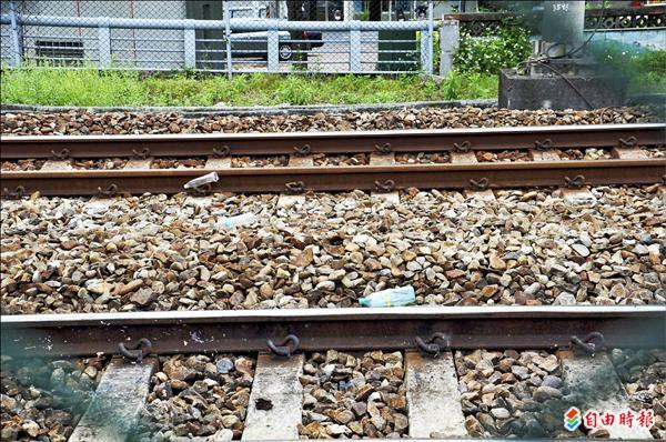 老翁沿著鐵軌撿拾廢棄寶特瓶,不幸被火車撞死,事發地點沿線,散落許多老翁撿來的空寶特瓶。(記者彭健禮攝)