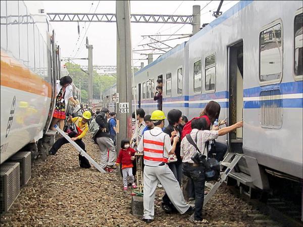 台鐵北上278次太魯閣號列車20日上午在苗栗撞死人後,台鐵緊急調派電聯車接駁。(中央社)