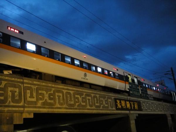 台鐵太魯閣號275次列車故障,台鐵正漏夜搶修,但當地單線雙向通車,造成不少列車延誤。(記者蔡孟尚攝)