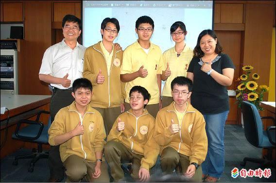 羅東高中參加搜尋小行星活動,何中楷(前排右一)找到三顆星,李哲行(前排左一)、蘇之彧(前排中)分獲一顆星,右一是指導老師蘇敬怡,左一校長游文聰。(記者江志雄攝)