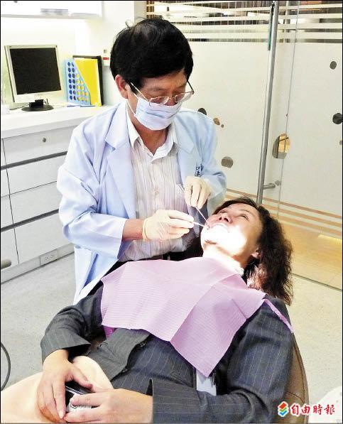 ▲牙醫師為患者診療。(記者蔡淑媛攝)