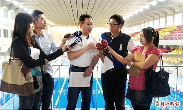 議員陳建銘(右二)指出,台北市立體育學院游泳池,因不符合國際賽事標準,最後只能做跳水比賽,體育處科長袁守方(右三)到場說明。(記者黃忠榮攝)