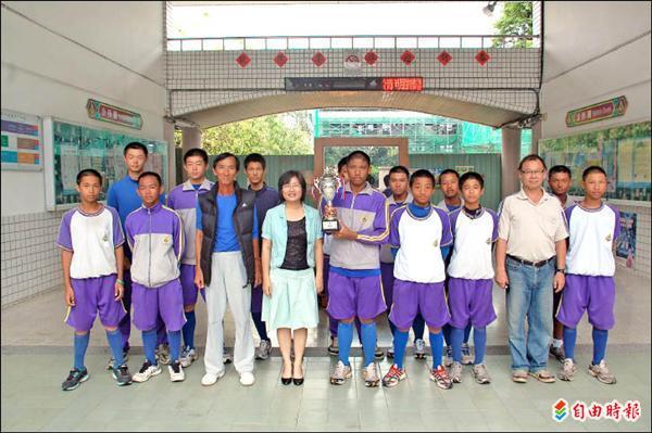 麟洛國中奪得謝國城盃全國青少棒賽季軍。(記者李立法攝)