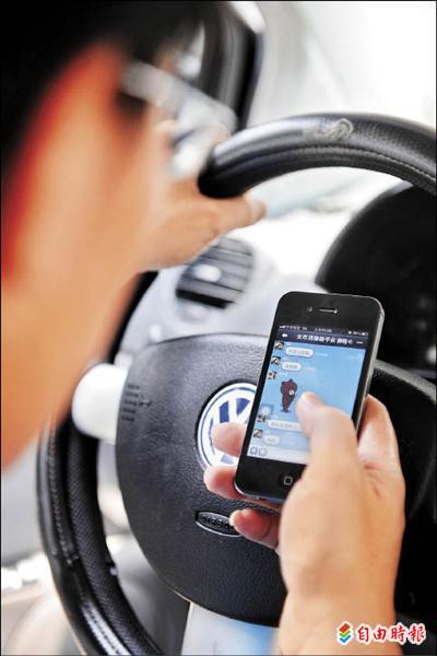 立法院昨日三讀通過,「道路交通管理處罰條例部份條文修正案」,將來開車使用手機上網等行為都將受罰。(記者王敏為攝)