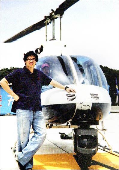 齊柏林飛行時數超過1600小時,不僅是台灣、也是世界少數的空中攝影工作者。(台灣阿布電影公司提供,記者湯佳玲翻攝)