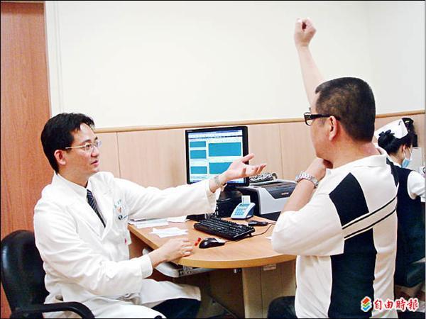▲復健科醫師楊鎮嘉(左)檢查吳先生的肩膀恢復情形。(記者謝鳳秋攝)