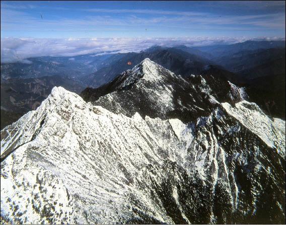 冬天被白雪覆蓋的玉山。(台灣阿布電影公司提供,記者湯佳玲翻攝)