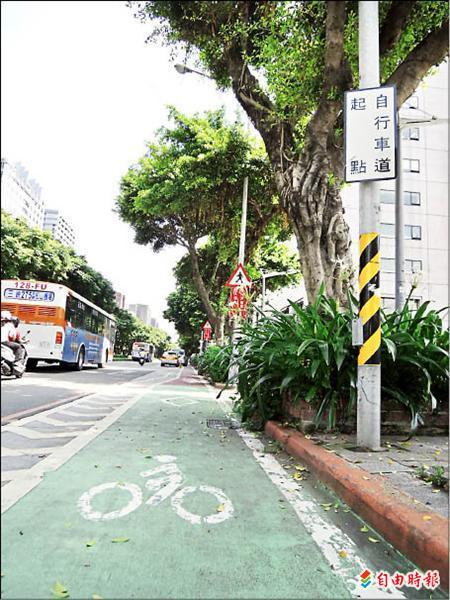 敦化自行道當初設置已花費7000萬元,現在市府又要再砸1000萬刨除,等於浪費市民8000萬元公帑。(記者蔡偉祺攝)