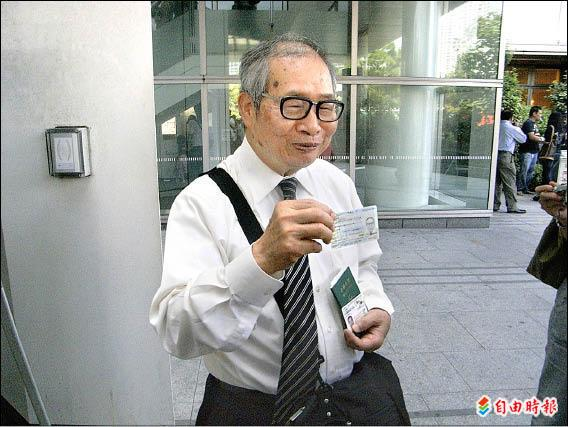 僑報「台生報」發行人連根藤高興地向媒體亮出新卡。(駐日特派員張茂森攝)