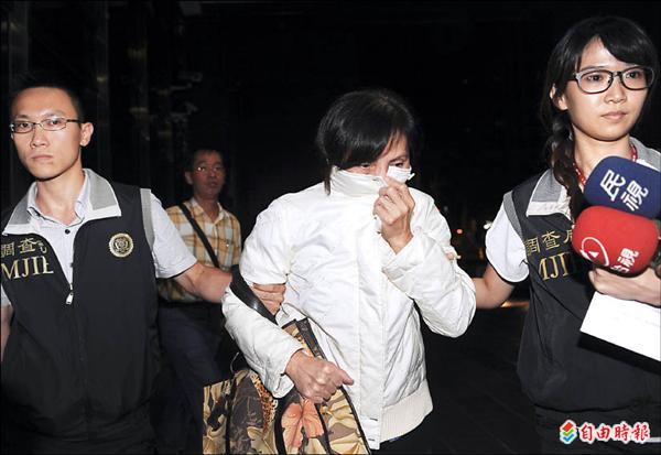 黃季敏與妻子昨天在台北巿住處遭檢調人員帶回偵訊,黃的妻子陳素霞(中)昨晚移送北檢複訊。(記者朱沛雄攝)