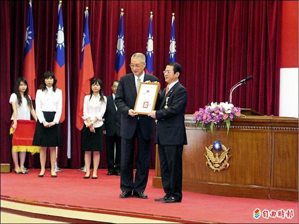 黃季敏在莫拉克風災時,還獲時任行政院長的吳敦義頒獎表揚。(資料照,記者黃敦硯攝)