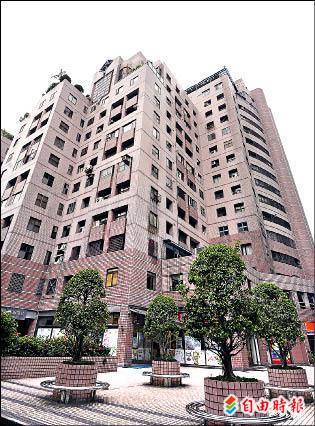 前消防署長黃季敏九年前花四千多萬元,買下這棟位在北市信義區近百坪的樓中樓豪宅。(記者方賓照攝)