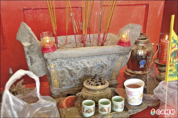 忠英祠的香爐是清光緒年間製做的石香爐,具有歷史價值。(記者葉永騫攝)