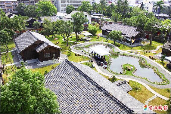 嘉義市忠孝路與林森東路交叉口的檜意森活村昨天正式啟用,日式建築與庭院相當美麗。(記者林宜樟攝)
