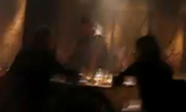 到災難餐廳體驗地震的民眾,大部分的時間都在驚生尖叫。(圖擷取自Youtube)