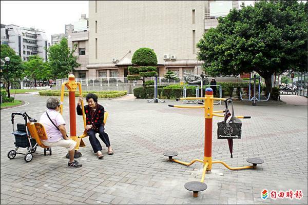 玫瑰公園占地廣闊,常有許多老幼在此休閒運動。(記者賴筱桐攝)